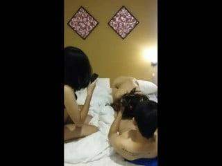 หลุดสองสาวไทยหลอกฝรั่งมาเย็ดที่ห้อง สวิงมันส์เลย